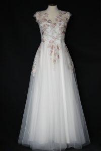 Svadobné šaty vyšívané kvetmi